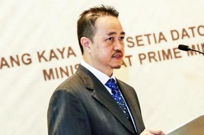 Yang Berhormat Dato Paduka Awang Haji Bahrin bin Abdullah speaks at the event